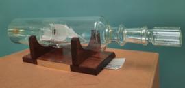 Glasgeblazen fregat in fles op houten standaard – ca. 1990