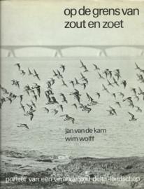 op de grens van zout en zoet – Jan van de Kam (foto's), Wim Wolff (tekst) – 1974