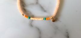 Bazou Armbandje zalmkleurige kraaltjes met klein goud hartje