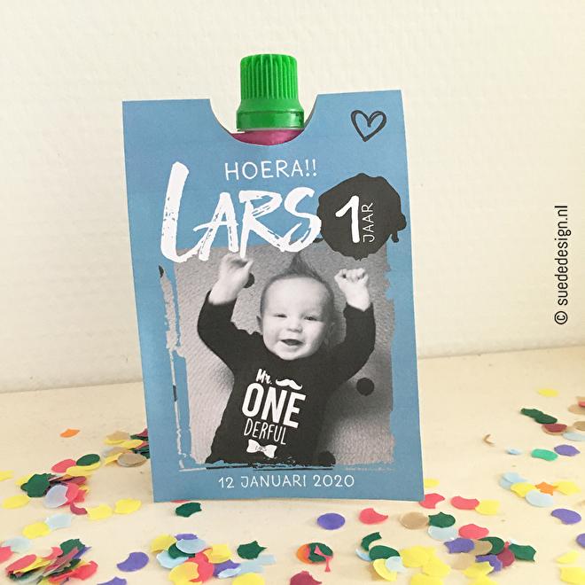 Traktatie knijpfruit wikkel 'Hoera! Lars 1 jaar!'