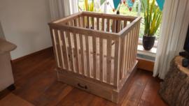 Baby box met lade van oud steigerhout