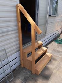 Trapje voor de stacaravan gemaakt van douglas hout