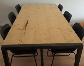 Tafel met steigerhoutenblad en ijzeren onderframe.