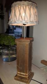 Lamp met een steigerhouten voet.