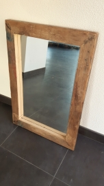 Spiegel met een lijst van steigerhout.