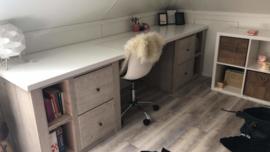 Bureau van oud steigerhout met multiplex blad.