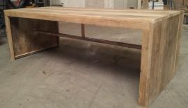 Tafel van oud steigerhout.