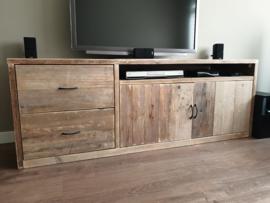 Tv meubel van oud steigerhout en afgelakt.