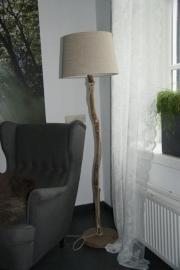 staande lamp met zandkleurige kap