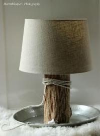 tafellamp met zandkleurige kap