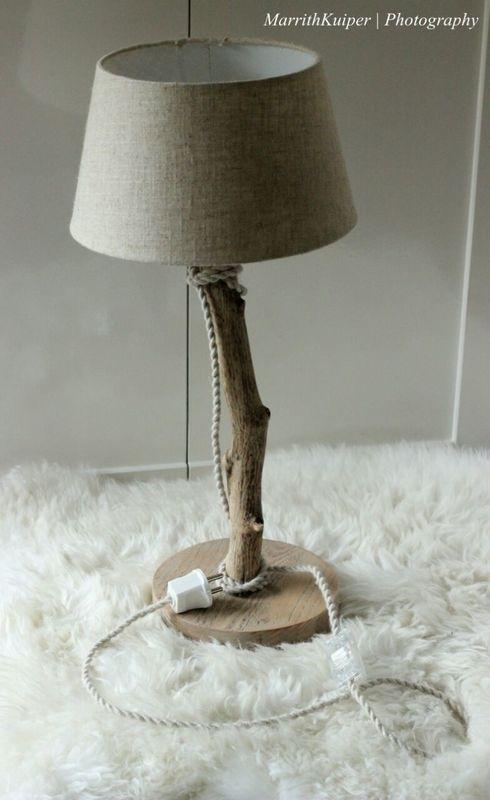 bedlampje met zandkleurige kap
