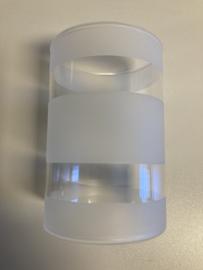 Cilinderglas met matte strepen.