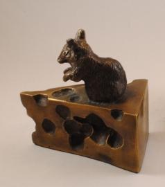 Boekensteun muis op kaas