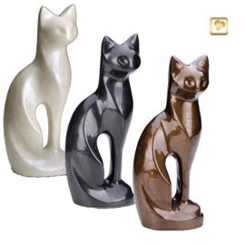 Messing urn zittende kat