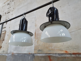 Zwarte Industriële Lamp met Melkglas