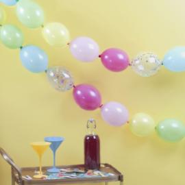 Multi gekleurde en confetti gevulde gelinkte ballonnen