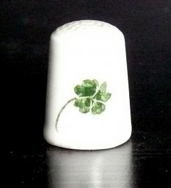 Vingerhoedje bloemdecor klavervier porselein