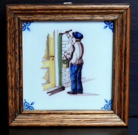 Makkum tegel in houten lijst Tiggelaar