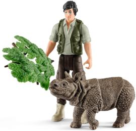 ranger met neushoorn 42428