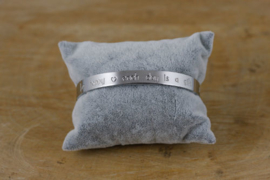 Quote armband 'Be happy ♥ each day is a gift' zilver