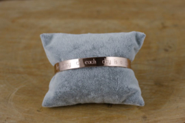 Quote armband 'Be happy ♥ each day is a gift' rosegold