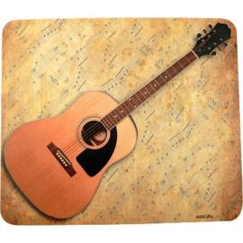 Muismat met akoestische gitaar en bladmuziek