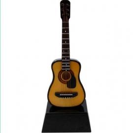 Miniatuur akoestische gitaar met slagplaat