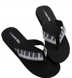 Zwarte slippers met pianotoetsen