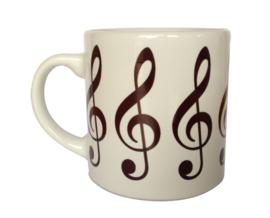 Koffiekopje met herhalende vioolsleutels