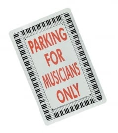 Bord 'Parking for Musicians Only' met pianotoetsen