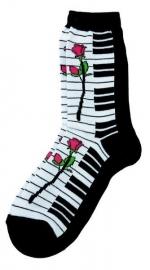 Sokken met pianotoetsen en roos
