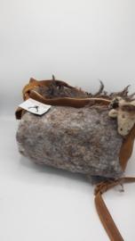 Bruine leren tas rond met gevilte schapenvacht met schapenkop naaldvilten