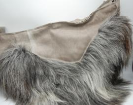 Stoere buffelleder tas met stoere accenten en schapenvacht.