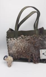 Donkergroen buffelleder tas met 100% wol, gevilte schapenvacht