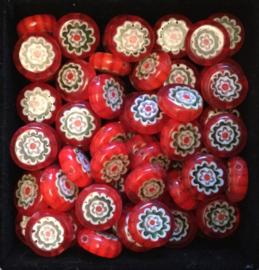 Glaskralen met bloempje. rood, rond, plat.1 cm. x 0,4 cm. per 5 stuks