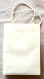 Tasje van handgeschept papier, naturel, hoogte 16 cm.