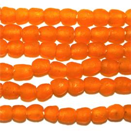 Oranje glaskralen, maat 2A = 0,75 x 0,75 cm.