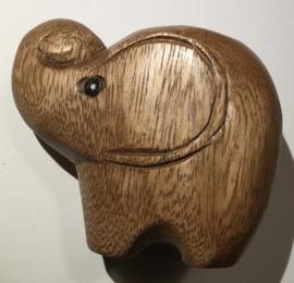 Olifantje van acacia hout, 10x6 cm. hoogte 9 cm.