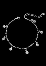 Armband of enkelbandje met 7 belletjes. verzilverd.
