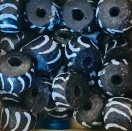 Glaskraal, langwerpig, donkerblauw met witte strepen
