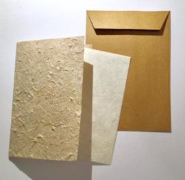 Kaart dubbel met inlegvel, handgeschept papier, envelop van kraftpapier
