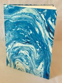 Boek van handgeschept papier, gemarmerd blauw,21x29,5cm.