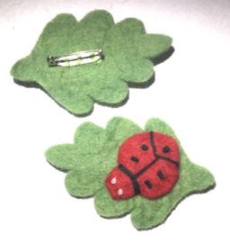 Broche met lieveheersbeestje op blad. Vilt.
