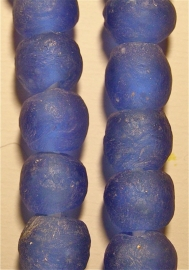 Paars/blauwe glaskralen, maat 5 = 1,2 x 1,3 cm.