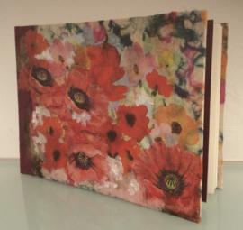 Boek, handgeschept papier, klaprozen, rood, 15 x 21 x 1,3 cm.