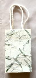 Tasje van handgeschept papier, groene vezels hoogte 10 cm.