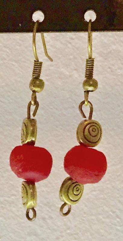 Bronzen oorhangers, spiraal met rode glaskraal