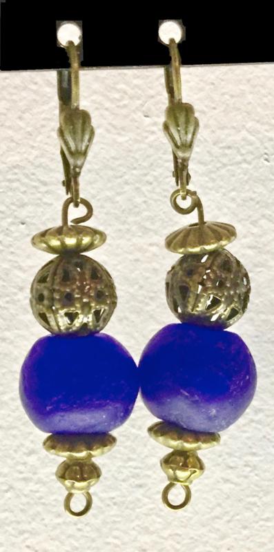 Bronzen oorhangers met glaskraal, marine blauw