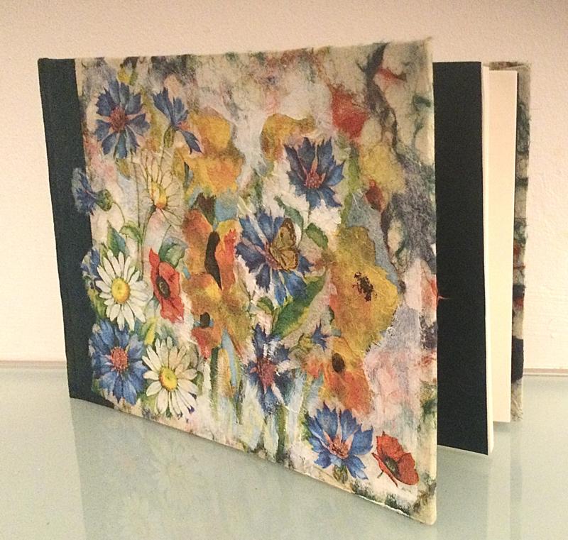 Boek, handgeschept papier, veldboeket, blauw/groen, 15 x 21 x 1,3 cm.