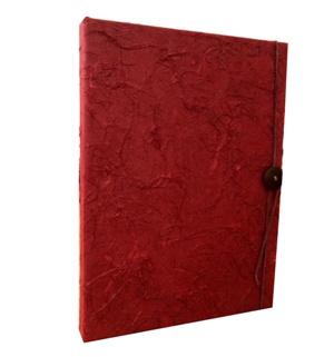 Opbergdoos, rood, sluiting met koord en knoop, 33,5x24,5x3cm.